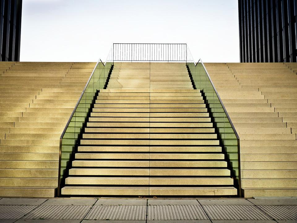 מדרגות עץ וברזל